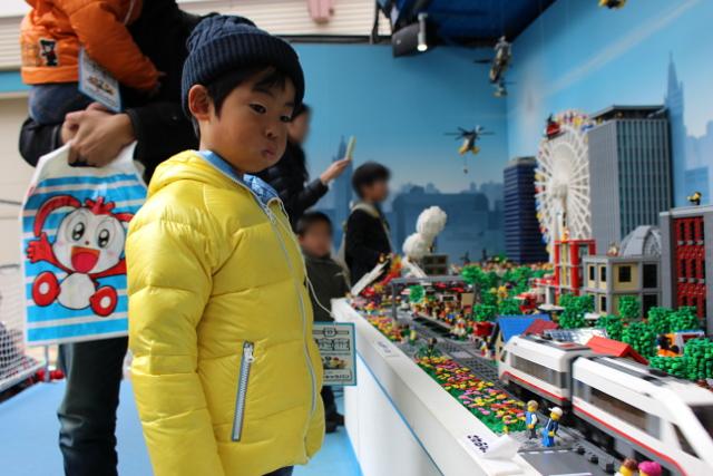 レゴ巨大ジオラマを見つめる陸ちゃん