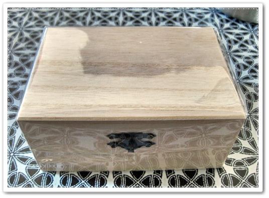 ダイソーさんで買ったウッドスタンプを、キャンドゥさんの木箱に入れた100均話♪(:・∀・)