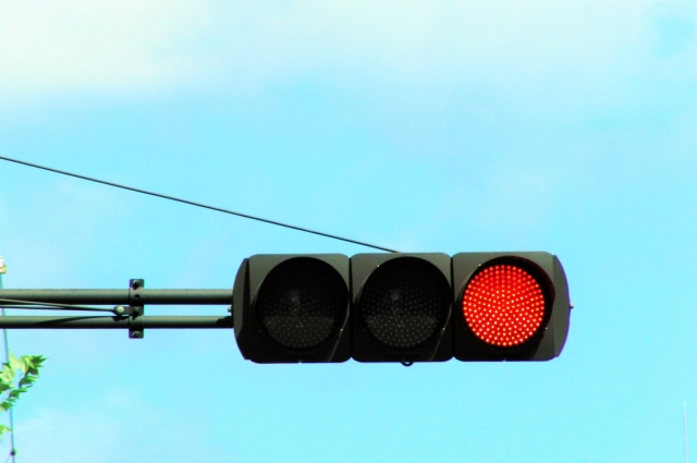 赤信号で直進すると信号無視になるが、青信号で停車しても、信号無視にならない?