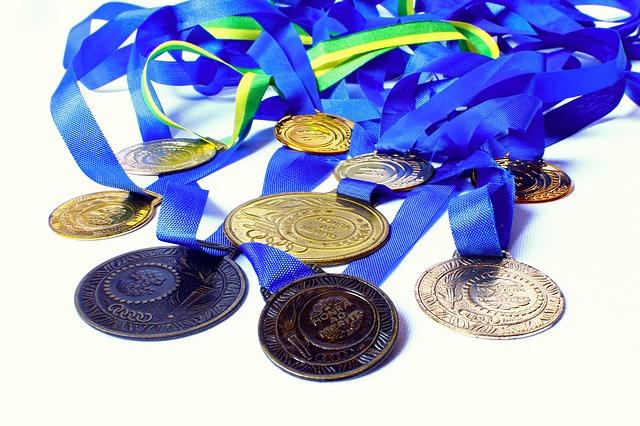 オリンピックのメダリストで、最初にメダルを噛んだのは誰?