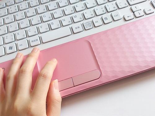女性の手 パソコン 仕事 働く 労働
