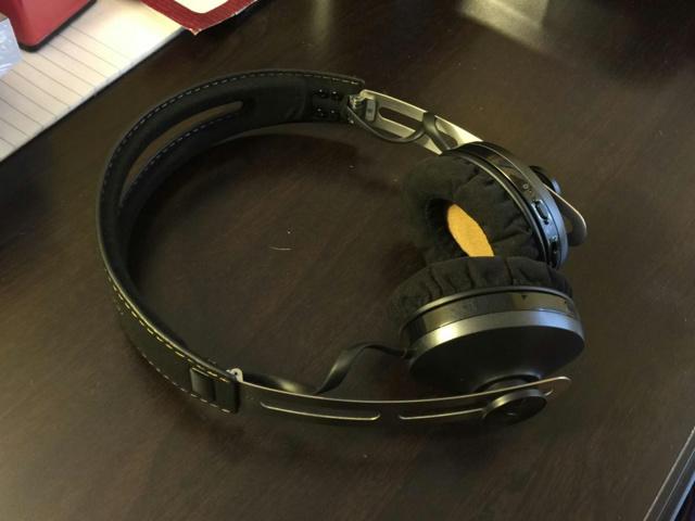 MOMENTUM_On-Ear_Wireless_02.jpg