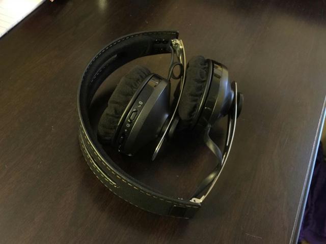 MOMENTUM_On-Ear_Wireless_03.jpg