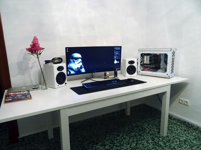 PC_Desk_UltlaWideMonitor07_23.jpg