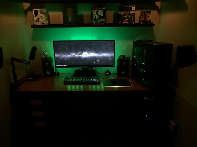 PC_Desk_UltlaWideMonitor07_33.jpg