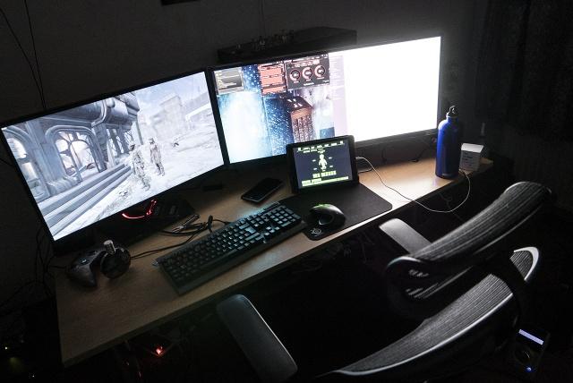 PC_Desk_UltlaWideMonitor07_80.jpg
